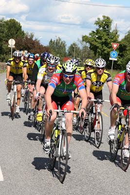 Syklister fra mange lag i felles felt forbi Skedsmokorset i 2010.