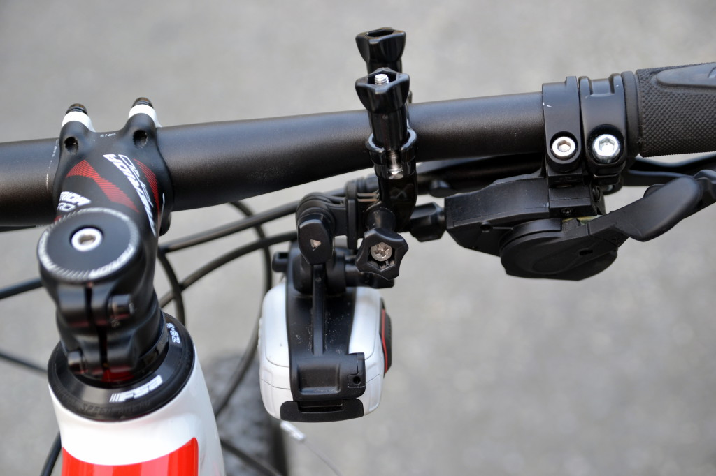 Garmin Virb Elite sett fra sykkelsetet (her festet på venstre side, hengende ned).