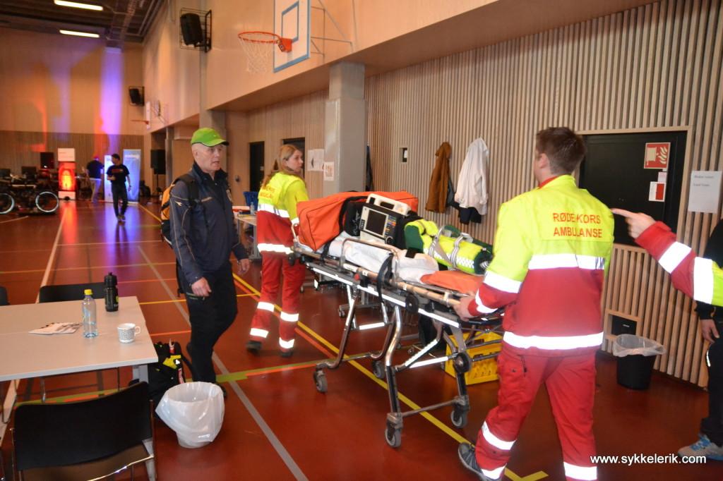 Her tas det ingen risiko - Røde Kors var godt bemannet, hjertestarteren sto klar og ambulansen ventet utenfor. Heldigvis tror jeg ikke noen trengte det!