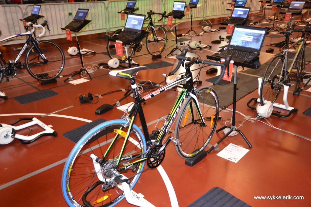 Slik ser en sykkel ut ferdig montert på en BKOOL-rulle, med PC-skjermen foran seg.