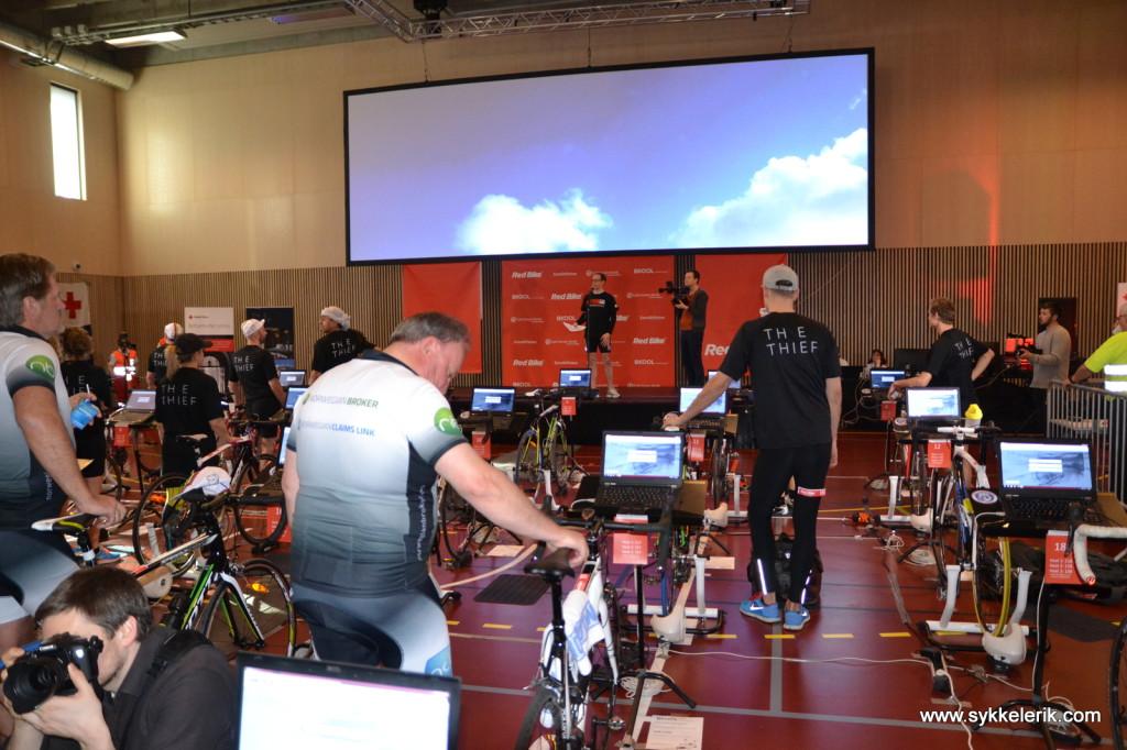 Spente syklister sadler opp på karbonhestene mens de siste praktiske opplysningene leses opp.