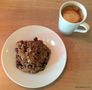 Cortado og muslibolle på Baker Hansen på Bærums Verk
