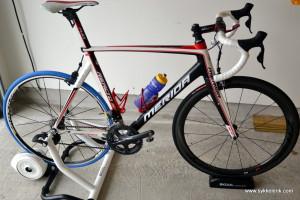 Sykkelen rigget opp med BKOOL-rulle i garasjen.