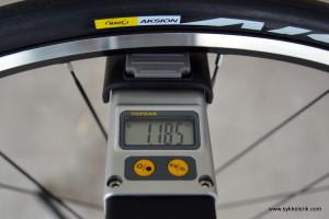 Mavic Aksium forhjul målt til 1.185 gram inkludert dekk og hurtigkobling.