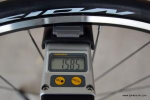 Mavic Aksium forhjul målt til 1.585 gram inkludert dekk, kassett og hurtigkobling.