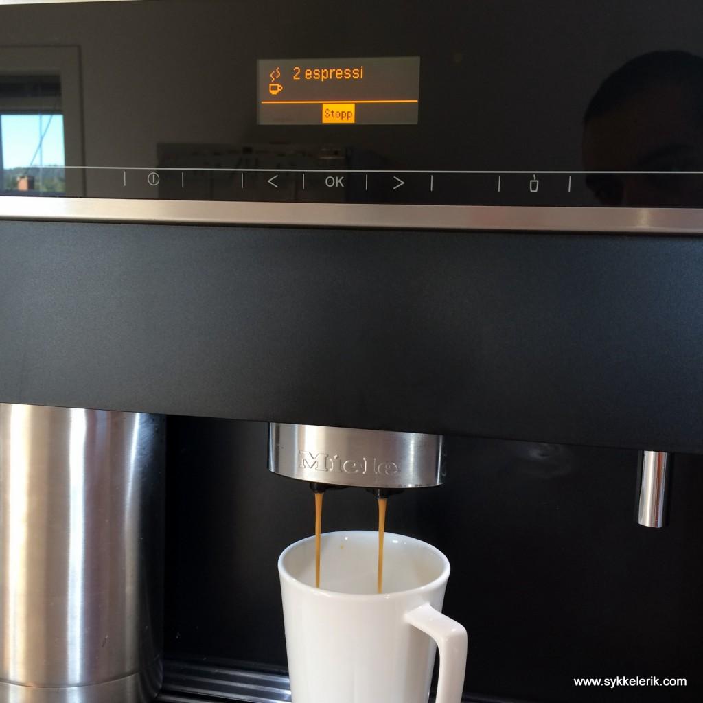 """Chris Froome klarer seg etter sigende med en dobbel espresso i sin """"finish bottle"""". Jeg startet dagen med det samme."""