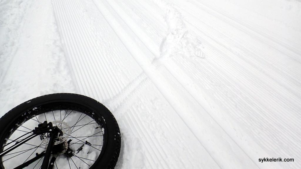Fatbikes lager ikke mye spor i skiløypene, med mindre snøen er myk og/eller trykket i dekkene er for høyt. Jeg hadde selvfølgelig langt mer trykk enn jeg burde, og etter to-tre meter ved Solli gård snudde jeg bare tilbake til Asker.