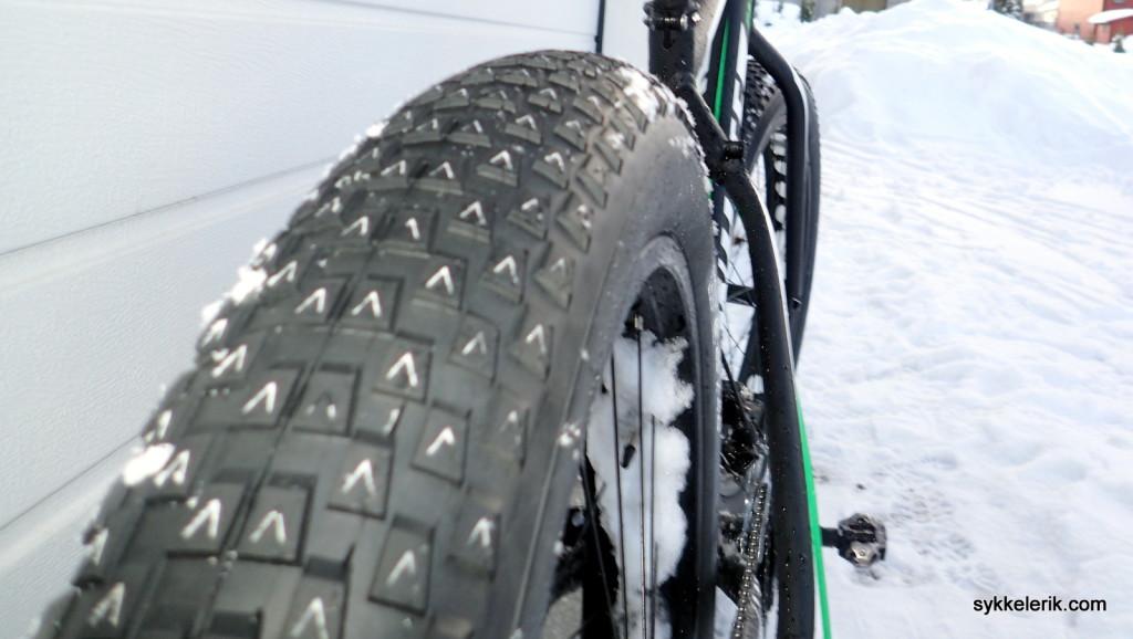 Brede dekk av typen Vee Rubber Vee8 26x4,0 ble kanskje litt for slick for offroadsykling...