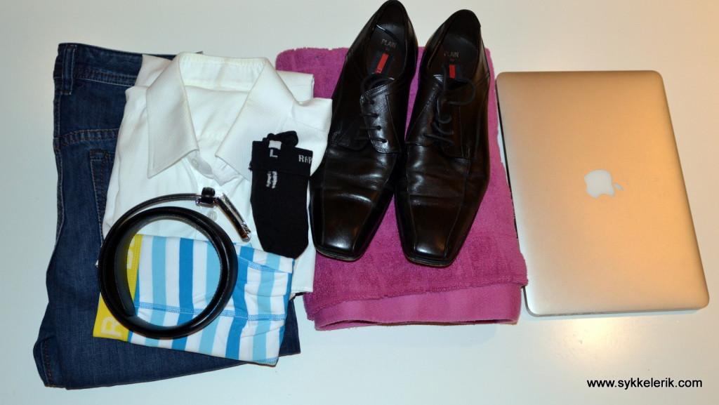 Typisk tar jeg med bukse, skjorte, belte, undertøy, håndkle og PC til jobb. Sko dersom det ikke ligger igjen på jobb sammen med toalettmappe, som alltid står igjen på jobb.