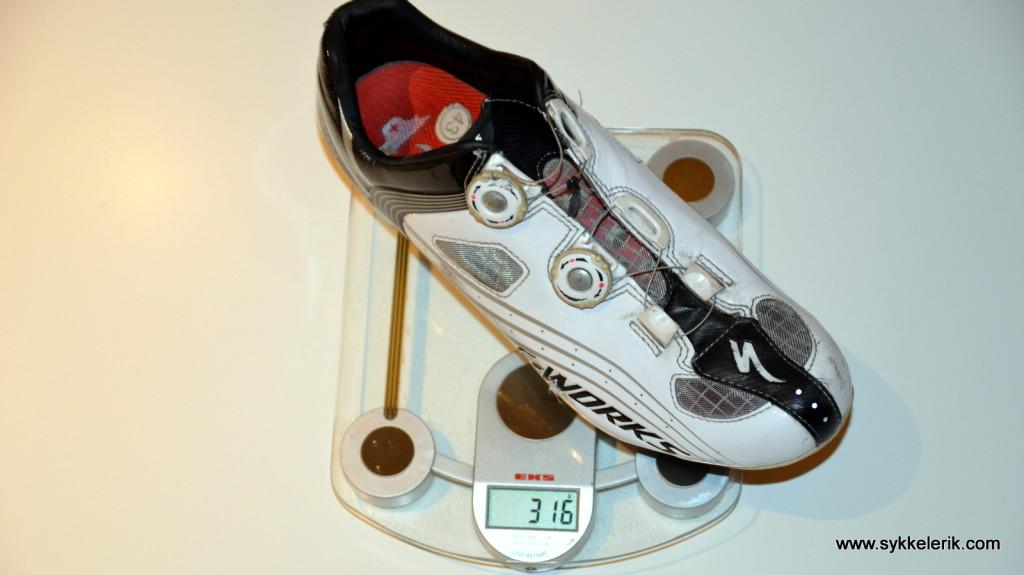 Specialized S-Works-skoene i str 43 fra 2012 veier 316 gram inkludert Speedplay Zero-pedaler, altså 632 gram per par.