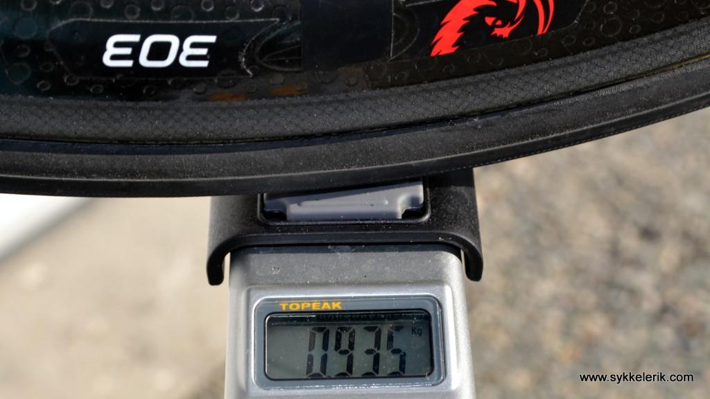 Zipp 303 fremhjul inkl hurtigkobling og dekk veier 935 gram.