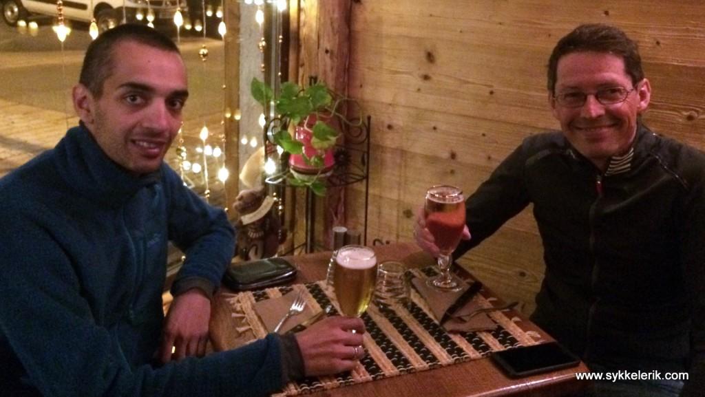 Erik (til høyre) og jeg inntar en velfortjent middag kl. 2230, bestående av gnocchi, pasta carbonara og to små øl.