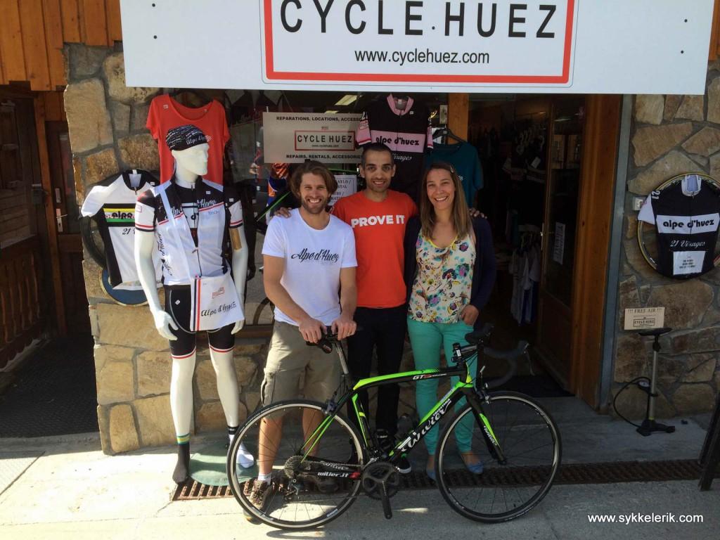 Oli, meg og Kat med en lekker Wilier utenfor utleiebutikken deres, Cycle Huez, på toppen av Alpe d'Huez. Jovial og god engelsk-australsk service - anbefales dersom du skal til området og trenger en sykkel!