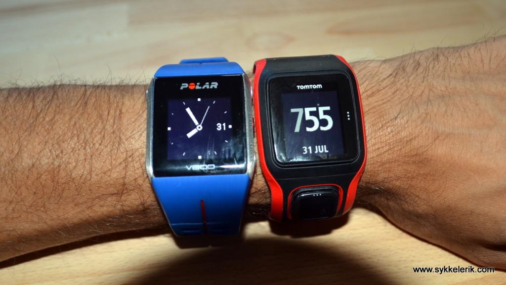 Polar V800 til venstre, Tomtom Multisport Cardio til høyre. Cirka like store og kjennes ganske likt på håndleddet. Hvilken du synes ser best ut er selvfølgelig en smakssak.
