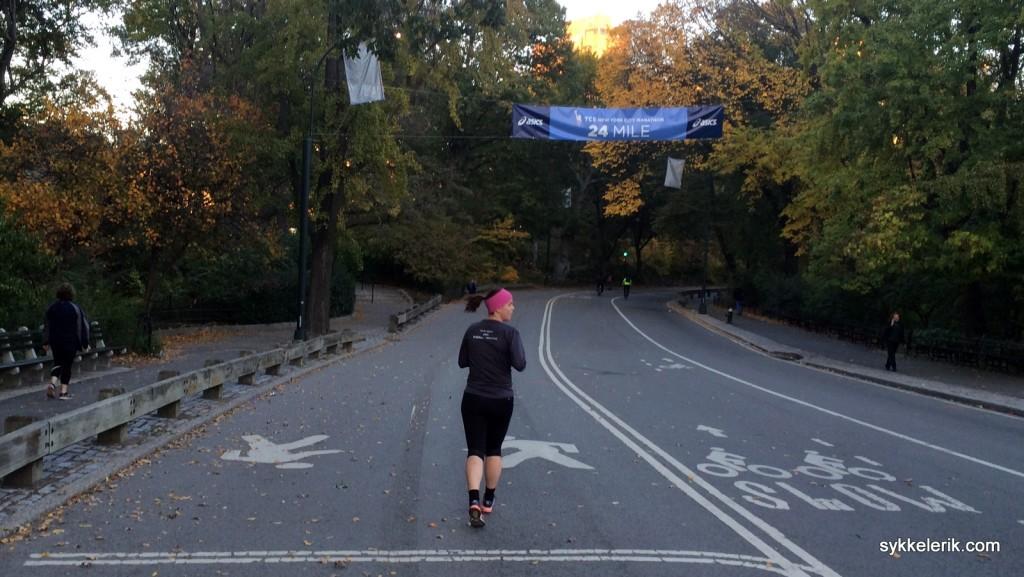 Hege på vei under 24 mile-merket i Central Park.
