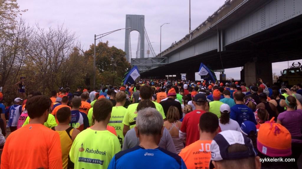 På Staten Island - sekunder før startskuddet går. Jeg tilhørte pulja som løp på undersiden av brua; den andre halvparten startet på oversiden av brua.