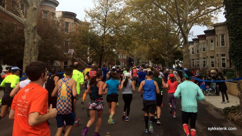 Ved 5 km hadde løperne som startet på hver sin del av broen endelig samlet seg igjen, og publiumet i Brooklyn tok oss godt imot!