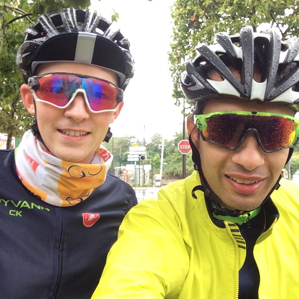 Nikolas og meg i Paris med 30 mm nedbør på fire timer. Rapha Race Cape holdt meg tørr gjennom hele turen!