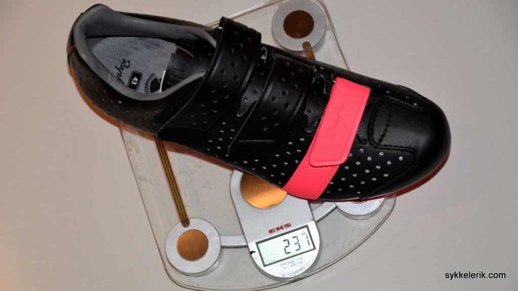 Rapha Climber's Shoes i størrelse 43 veier 237 gram per stykk, eller 474 gram per par - UTEN cleats.
