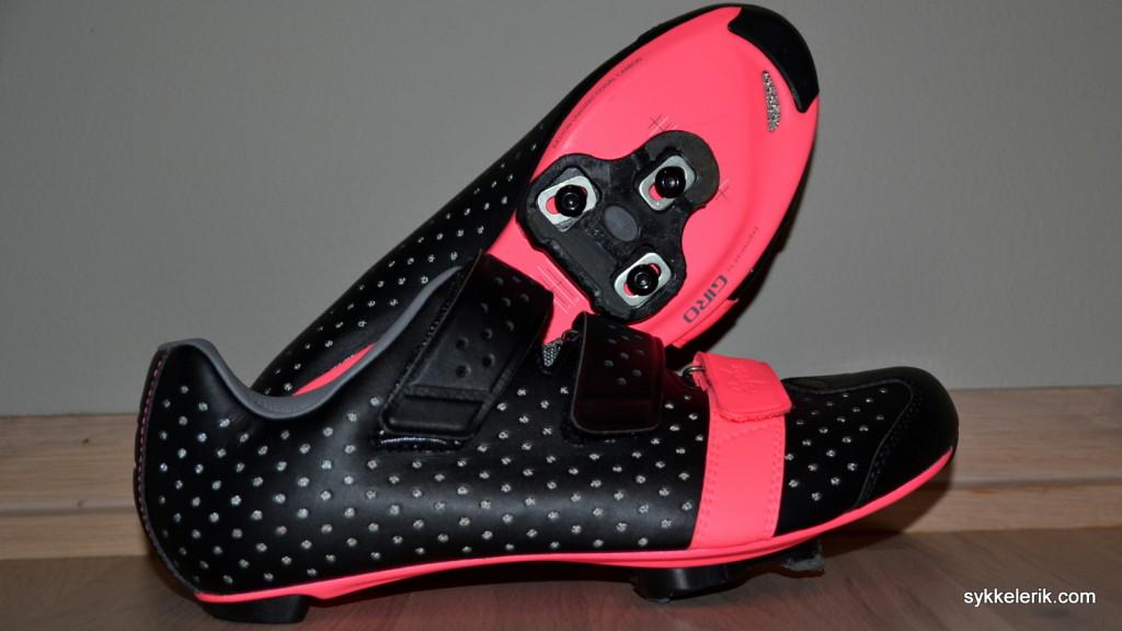 Rapha Climber's Shoes sett fra siden og under. Masse ventilerende hull, glorete rosa såle og borrelås, og et design som er lett å like.