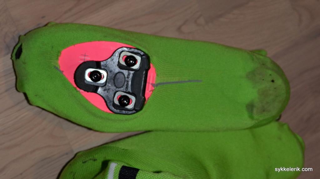 Rapha Oversocks sett fra under. Den grå stripa bak cleatsene indikerer hvor man må klippe opp sokken for å lage åpning for cleatsene.