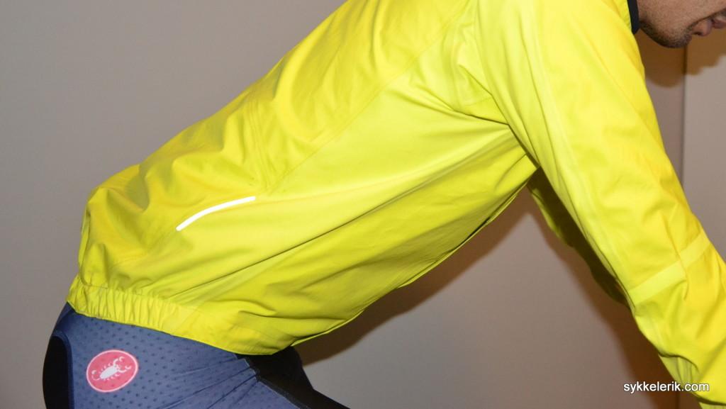Sett fra siden er det tydelig at Raphas Race Cape følger kroppen tett. Det er derimot hverken lommer, åpning til lommene på ryggen eller ventilasjonsmuligheter på jakka.