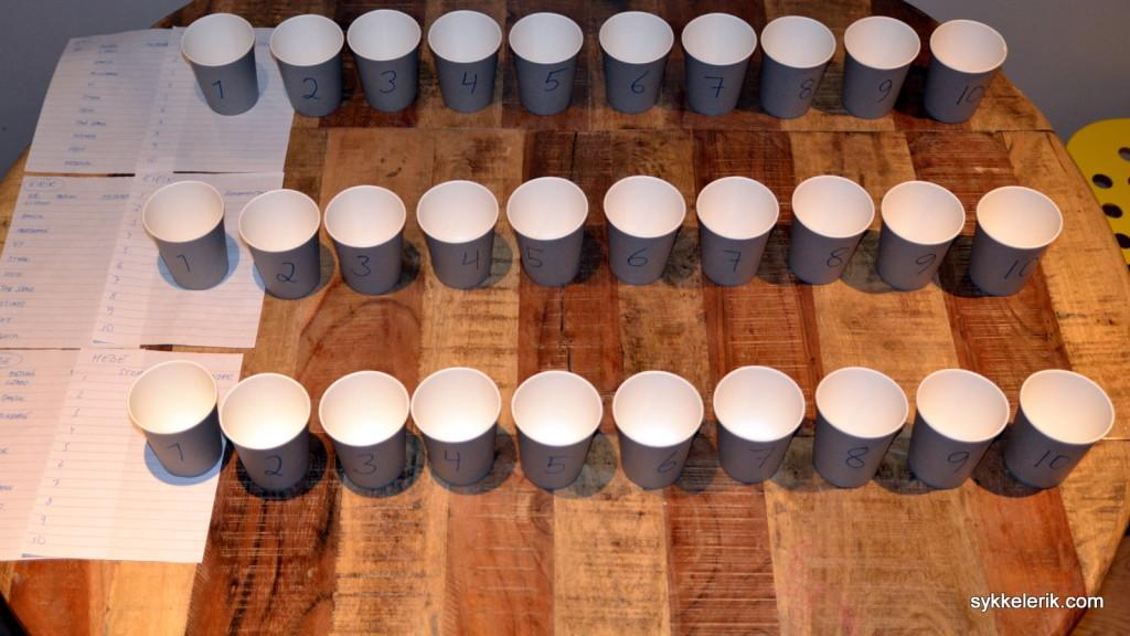 3 x 10 kopper legges opp og nummeres i forkant av blindtesten. Det jeg mangler i antall respondenter tar jeg igjen i metode!