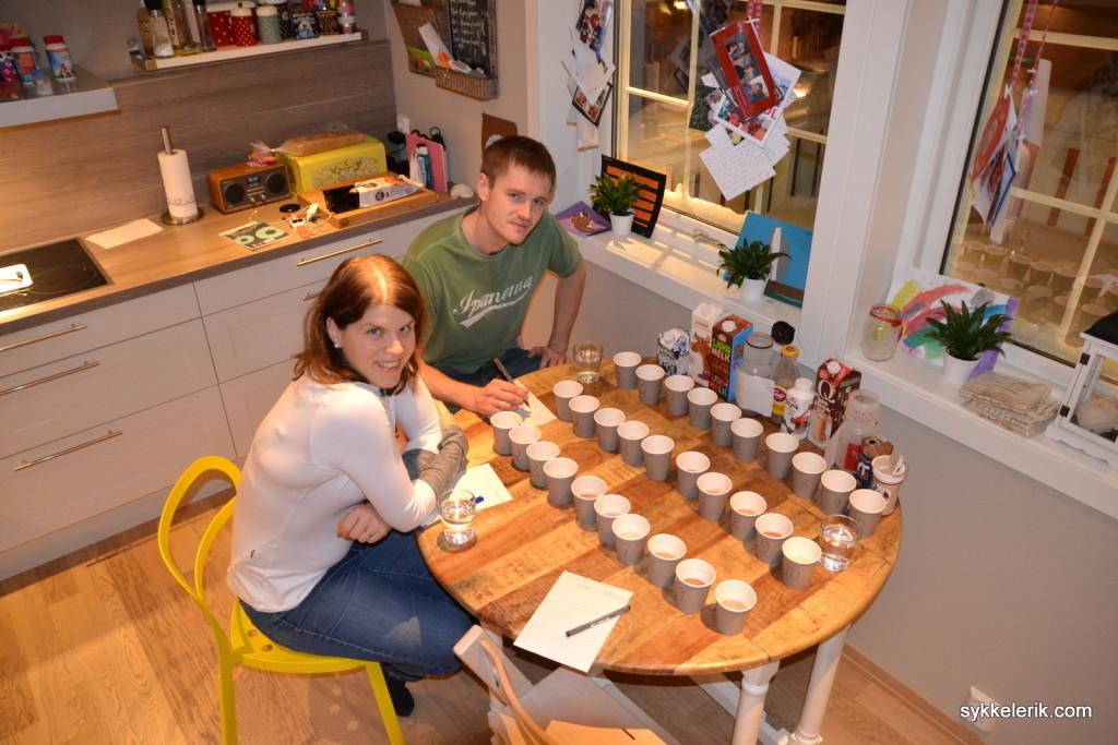 Hege og Eirik gjør seg klare til testing av sjokolademelk. For en spennende måte å tilbringe en lørdagskveld!