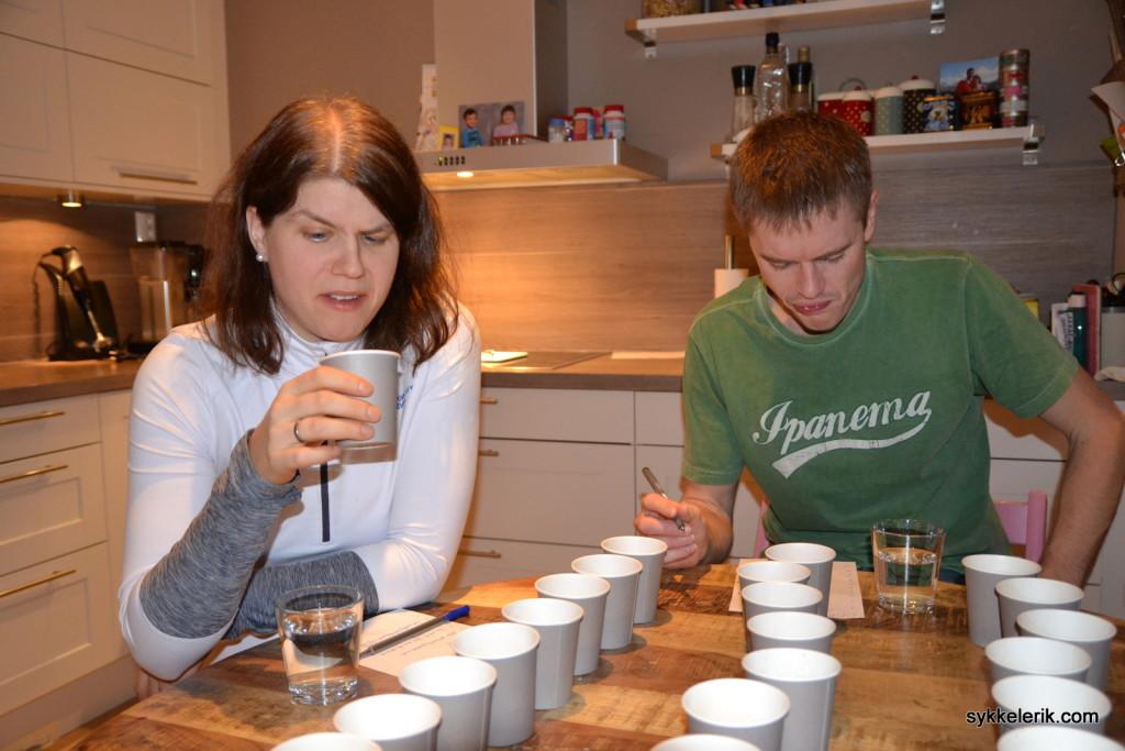 Hege og Eirik smaker Tine Styrk Kakao; et bilde sier tydeligvis mer enn tusen ord når det gjelder smaksopplevelsen.