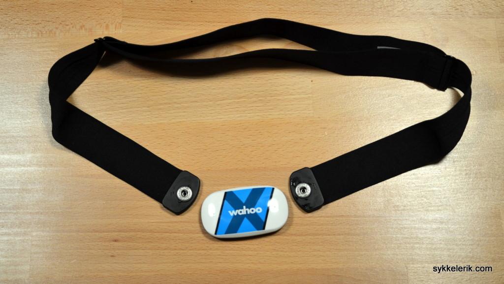 Wahoo Tickr X med belte. Legg merke til at beltet kneppes sammen med sensoren i hver sin ende.